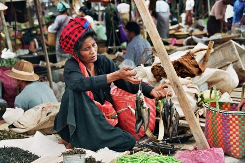 Una mujer vende pescado en el Lago Inle.