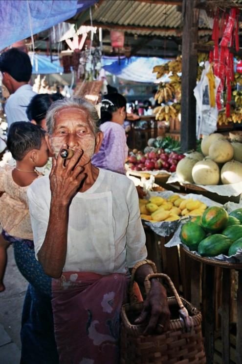 Fumando liado de hojas en el mercado.