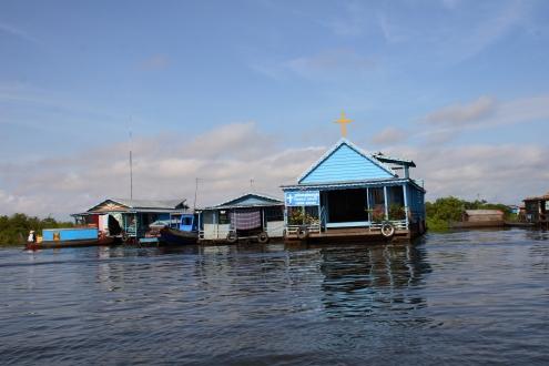 Incluso para ir a la iglesia, hay que ir en barca.  Iglesia cercana a las orillas del lago Tonle Sap.