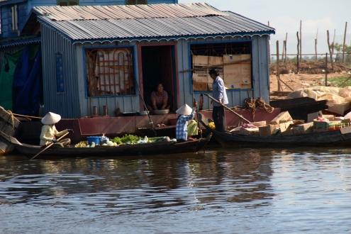 """Los Vendedores de viandas montan sus tiendas de ultramarinos sobre barcas y canoas y hacen un verdadero """"servicio a domicilio""""."""
