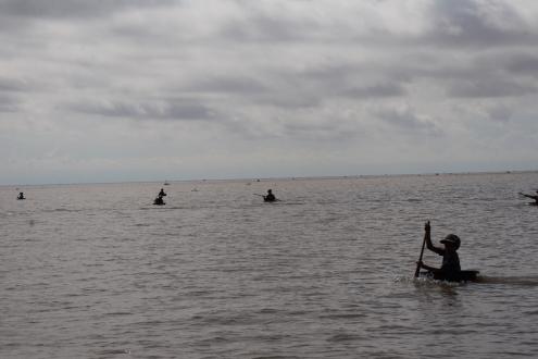 """El horizonte del Tanlé Sap plagado de pequeños marineros en sus embarcaciones """"barreño""""."""