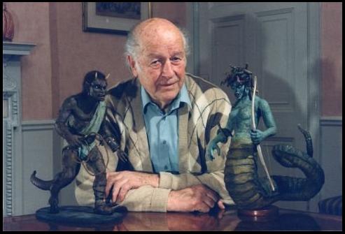 Ray Harryhausen con dos de sus más famosas creaciones de Furia de Titanes.