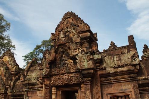 Shiva Nataraja, señor de la danza, aparece aquí representado en una gopura o torre porticada ornamentada.