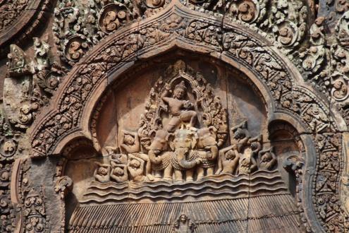 Indra cabalga sobre el elefante tricéfalo Airavana (o Airavata) y blande el relámpago (vashra), su arma preferida.