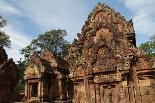 El templo de Banteay Srei fue redescubierto en 1914 y sorprendió su magnífico estado de conservación. Se ha invertido bastante para que la lluvia monzónica no dañe los esquisitos relieves.