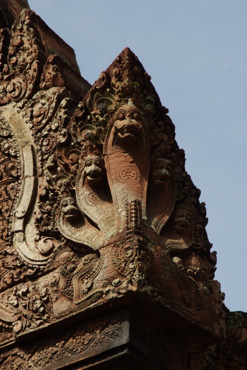 La esquina de una gopura con un bello remate representando una cobra con múltiples cabezas. La peligrosa cobra representa a la muerte, que Shivá ha conquistado completamente
