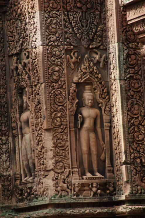 Muchos nichos en los muros del templo contienen esculturas de dvarapalas (protectores armados del templo).