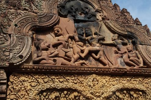 Aquí se muestra el combate a muerte, cara a cara, entre las princesas de los monos Bali y Sugreeva. A la derecha Rama dispara su arco.