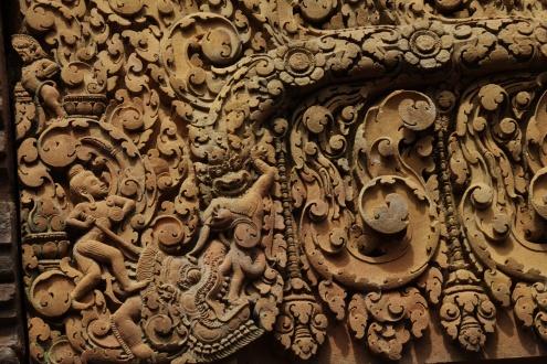 Decoraciones florales cubren los muros de Banteay Srei. Entre las plantas y el follaje, espíritus y demonios hacen su vida.
