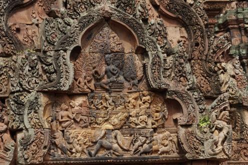 En este timpano, se representa a Ravana, el demonio con mil cabezas y mil brazos, intentando escalar el monte Kailasa, lugar de descanso de Shiva.
