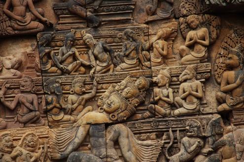 Mientras el demonio Ravana intenta escalar el Kailasa, Shiva permanece sentado impasible en la cumbre, mientras la aterrorizada Parvati se abraza a él.