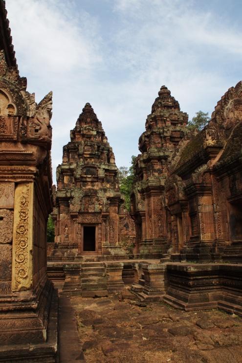 Posiblemente Banteay Srei sea uno de los más pequeños templos de Angkor, pero su riqueza artística y la profusión de bellos detalles lo convierten en una de las mayores joyas del arte Khmer.