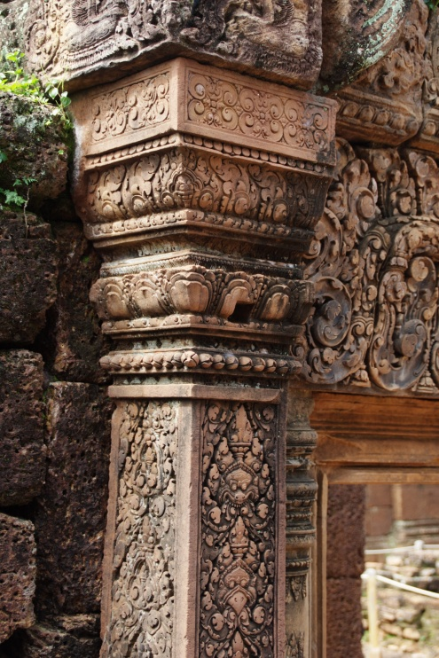 Columnas con motivos florales rematadas por cabezas de animales fantásticos.