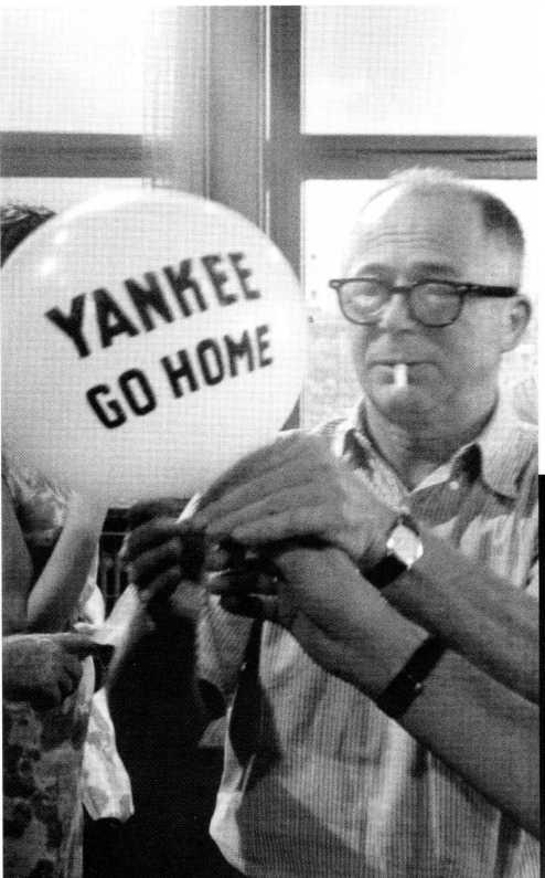 Billy Wilder con uno de los globos utilizado en la secuencia del desfile al principio de la película.