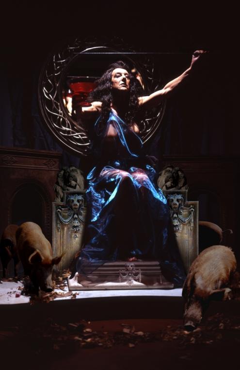 Phil Sayers es un travesti que factura imágenes fotográficas con referencias a las fuentes de la historia del arte. En este caso una fotografía basada en la hechicera Circe.