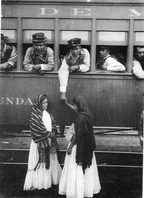 Las tropas federales en una despedida en la estación de Buenavista. La despedida se alarga.