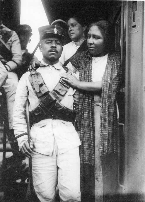 Una soldadera y su Juan. A punto de partir hacia Chihuahua, donde no había cristianos, sino puros apaches.