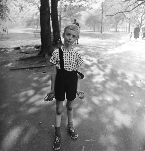 Diane_Arbus_child_toy_hand