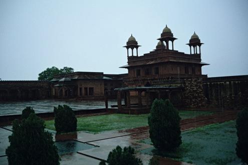 El interior del Diwan I Khass, está formado por una sola pieza en medio de la que se eleva una columna octogonal coronada por un gigantesco capitel.