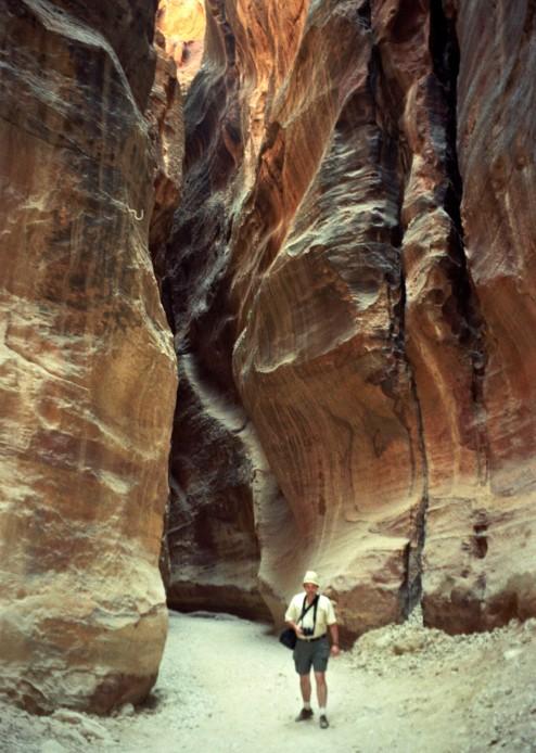 El Siq. Los canales tallados en la pared para llevar agua a Petra aún son visibles en algunos lugares