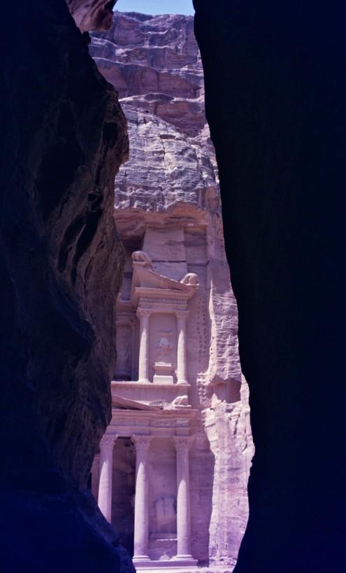 Las paredes del Siq se cierran y casi se encuentran en su parte superior cuando aparece destelleando el Khazneh