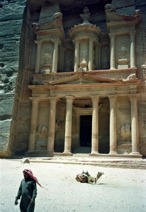 El interior del Tesoro es solamente una sala cuadrada sin adornos. Las escenas finales de Indiana Jones y la última cruzada se filmaron aquí.