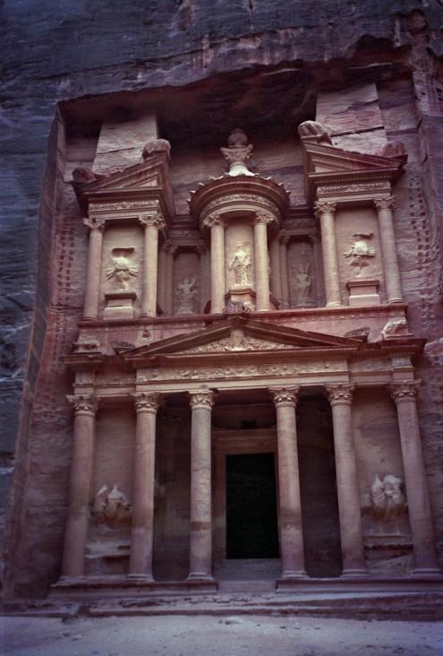 El Khazneh tiene una altura de 40 metros. Su fachada es cautivadora y no ha sufrido el desgaste de los elementos debido a la protección y confinamiento espacial.