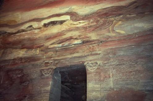 Situada en medio de acantilados rocosos, rocas y piedras se ven por todas partes.