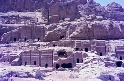 En dirección sur en la ciudad, el número de nichos y de tumbas se incrementa, convirtiéndose virtualmente en un cementerio en la roca.