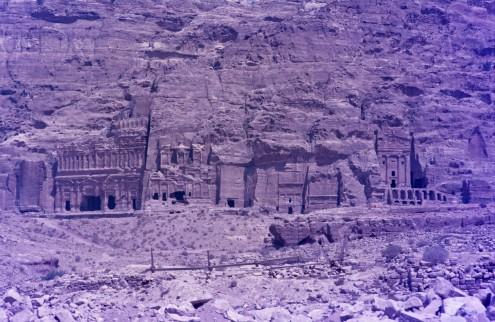 Las tumbas reales. la tumba de la urna, la tumba corintia, la tumba de palacio...  Alguna de ellas fue utilizada como iglesia en la época bizantina.