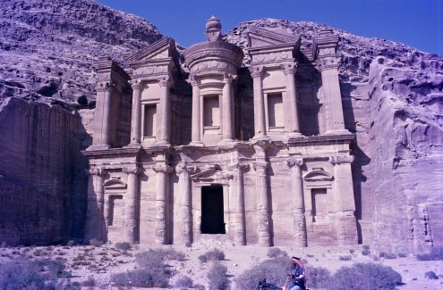 El Deir o El Monasterio. La subida a este monumento es larga y empinada, pero merece la pena. mucho más grande que el Khazneh y de diseño similar.