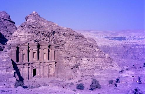 Frente al monasterio, hay un mirador colocado estratégicamente, desde donde se ve el pueblo de Wadi Musa.