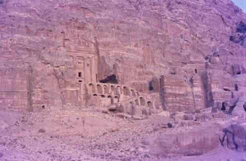 LaTumba de la Urna. Con una terraza abierta construida sobre una doble capa de bóvedas, es impresionante la precisión de la talla en la roca.