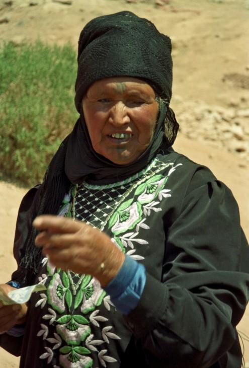 """Hábilmente situadas en la ascensión, las familias beduinas venden agua, Pepsi y monedas """"antiguas""""."""