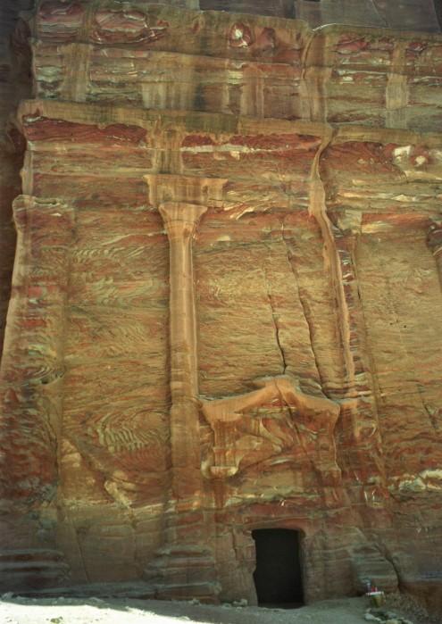 Las columnas talladas en la roca y el color de la arenisca y el hierro, dan una impresión fantasmagórica de alguno de los edificios.
